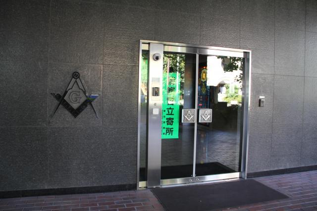ビルの入り口。フリーメイソンのシンボルマークと「警察官立寄所」のミスマッチ感