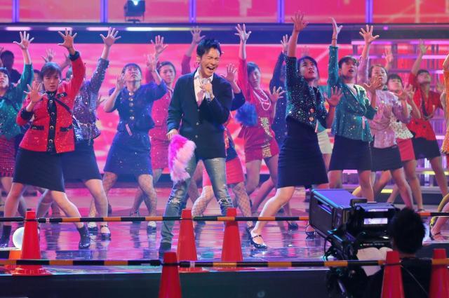 NHKホールでリハーサルをする郷さんと登美丘高ダンス部=竹谷俊之撮影