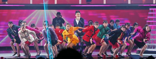 郷ひろみさんとキレのあるダンスをする大阪府立登美丘高校ダンス部=竹谷俊之撮影
