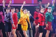 郷ひろみさん(中央)とコラボする大阪府立登美丘高校ダンス部=竹谷俊之撮影