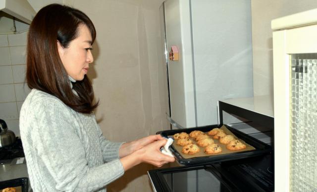 オートミールクッキーをオーブンから出す