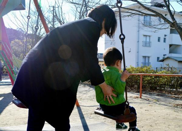 【専業主婦】近所の公園で長男のブランコを押す女性=福島県