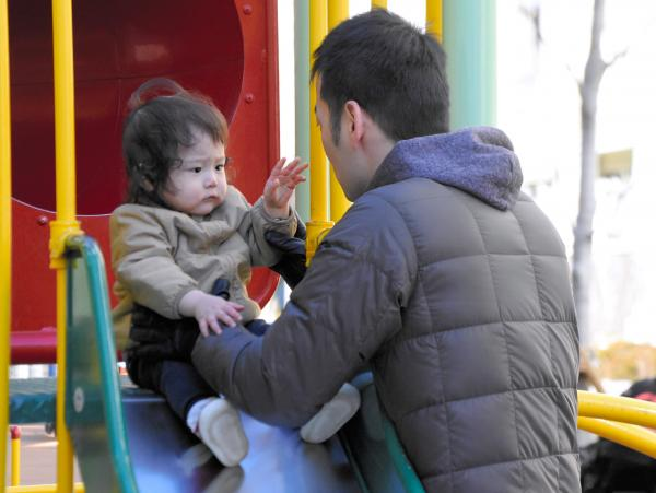 【イクメン】週末、妻の負担を減らそうと子どもを連れて公園で遊ぶ父親(写真はイメージです)=東京都中央区