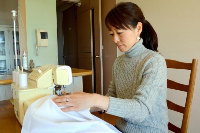 ミシンを使ってテーブルクロスを縫う斉藤綾さん。「みんなの幸せを支えているのは私」と専業主婦に誇りを持っている=水戸市