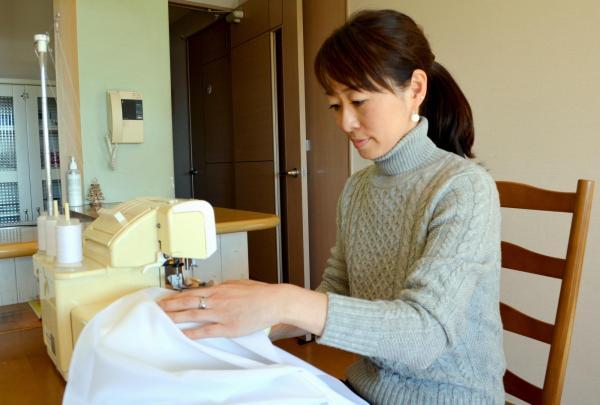 【専業主婦】ミシンを使ってテーブルクロスを縫う女性。「みんなの幸せを支えているのは私」と専業主婦に誇りを持っている=水戸市