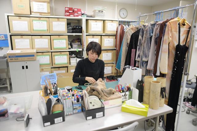 衣装担当の山下友実さん。大阪公演の衣装を一人で担当する。