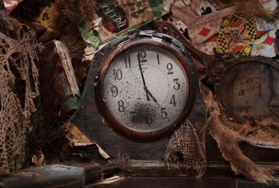 劇場の中には実際の時を刻む時計が二つあります。こちらは舞台上手の下にあるもの。客席最前列から見る事ができます。