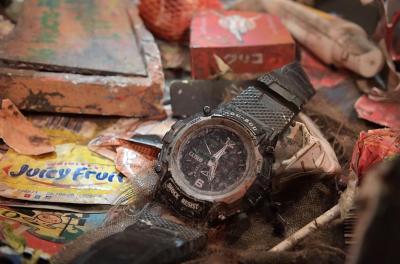 実際の時を刻む時計2つめは舞台上に。ちなみに時計メーカー名は「CATSUO」。