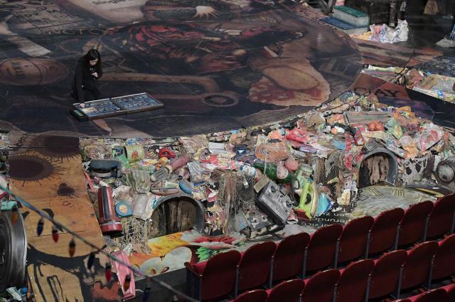舞台の真下にある二つの穴。本番中ここから猫たちが出入りする。