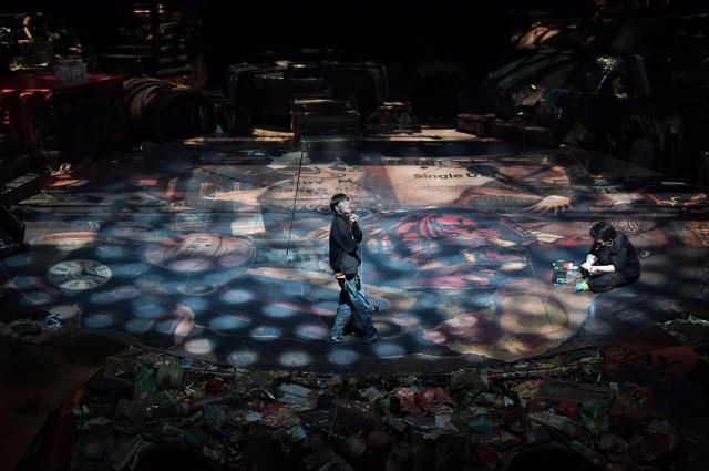 舞台中央で切り替わる照明のチェック