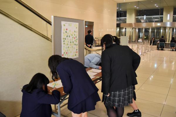 講演会に参加した中高生は歌詞太郎さんへ手書きのメッセージを寄せた