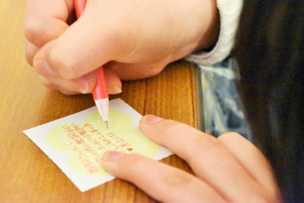 歌詞太郎さんへ手書きのメッセージを寄せる女子高校生