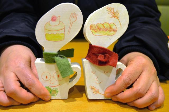 コーヒーカップをかたどって友人が作った木工雑貨。穏やかに寄り添う夫婦2人の姿に重なり、お気に入りだ=東京都内