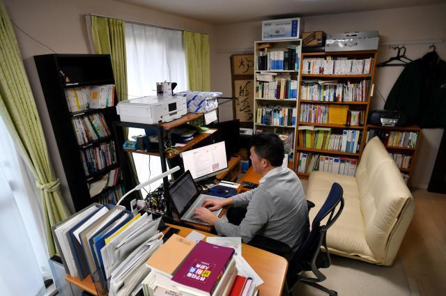 男性の自宅兼職場。翻訳のための辞書や書籍が並ぶ(画像の一部をモザイク処理しています)=北村玲奈撮影