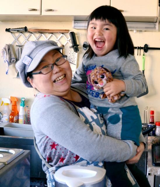 中島美里さんが営むおかゆ専門店。土曜日は長女の遥香ちゃんも来て、母が働く姿をながめる=千葉県柏市南柏