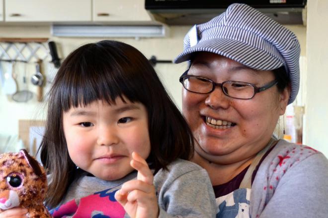 山東昭子議員の発言に対する違和感をブログに書いた中島美里さん。左は長女の遥香ちゃん=千葉県柏市南柏