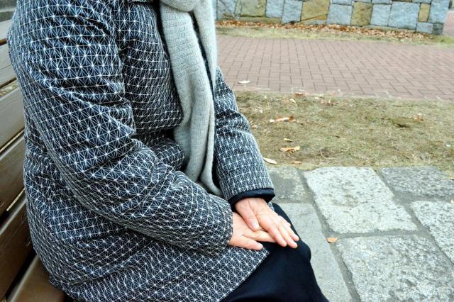 かつては子どもがいないことに苦悩していた東京都の女性(57)は、夫と近くの公園を散歩するなど穏やかな日々を送る=東京都内