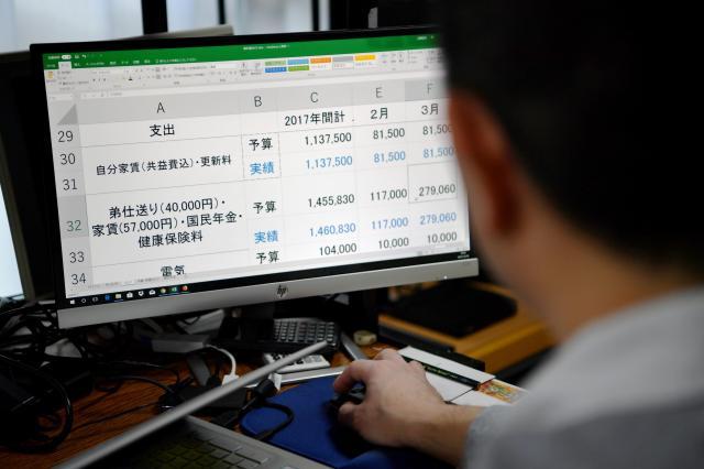 男性がパソコンのエクセルでつけている家計簿には弟への毎月の仕送りが記録されていた=北村玲奈撮影