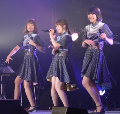 ライブ中、笑顔を見せる(左から)Kaedeさん、Nao☆さん、Meguさん=2017年12月2日、新潟県湯沢町