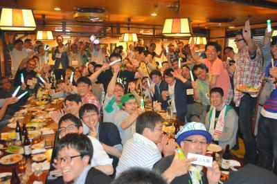 Negiccoの公演後には大打ち上げ会が開催され、ファンたちが交流する=2015年5月5日、新潟市中央区