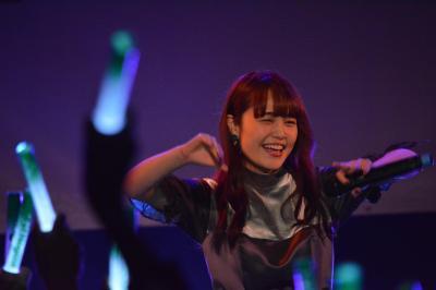 ネギ型のペンライト「ネギライト」が光るライブ中、笑顔を見せるNao☆さん=2017年12月17日、東京都渋谷区