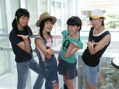 結成当初は4人組だったNegicco=2004年7月4日、新潟市