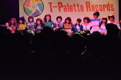 アップアップガールズ(仮)ら所属レーベルの後輩たちとともに、代表曲「圧倒的なスタイル」の見せ場であるラインダンスを披露するNegicco=2017年12月17日、東京都渋谷区