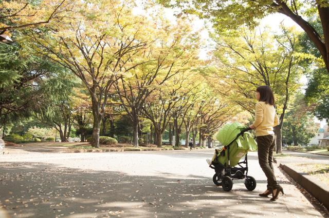 家にいたくなくて、子どもを連れて広場に行ったり、買い物にいったりする女性(写真はイメージです)