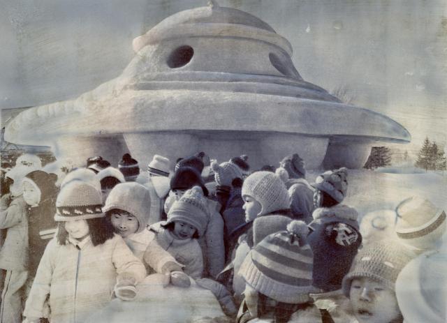 1976年のさっぽろ雪まつりでは、UFOの雪像が子どもに大人気だった