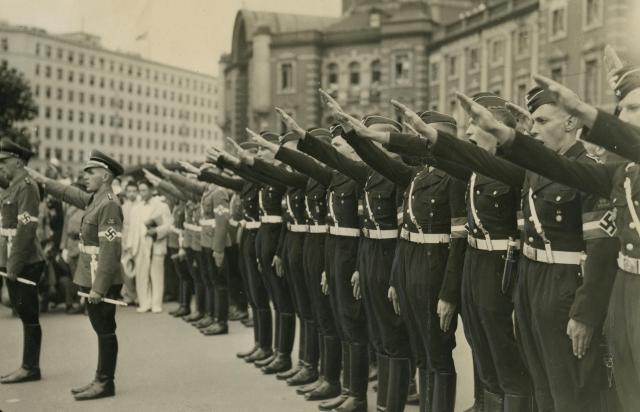 来日し東京駅で歓迎にこたえるヒトラー・ユーゲント一行(1938年)