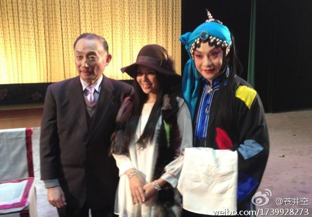 京劇の名優梅葆玖さんと記念撮影をする蒼井空さん