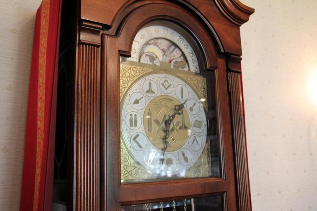 グランドマスター室の振り子時計は、文字盤が意味深。信じるか信じないかはあなた次第