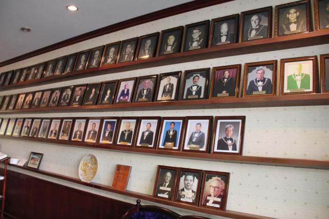 グランドマスターの部屋には、過去の歴代グランドマスターの肖像がずらり