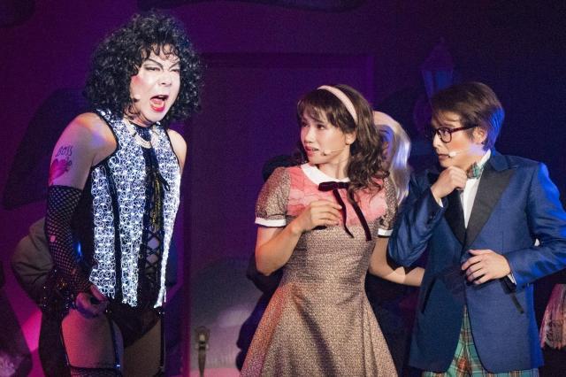 「ロッキー・ホラーショー」のフランク博士(古田新太さん)に驚く新婚夫婦(ソニンさん、小池徹平さん)