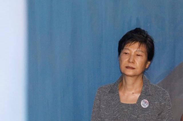 ソウル中央地裁に到着した韓国の朴槿恵・前大統領=2017年8月25日