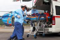 大規模災害を想定した訓練で負傷者を運ぶ救急隊員=2017年9月、和歌山県で