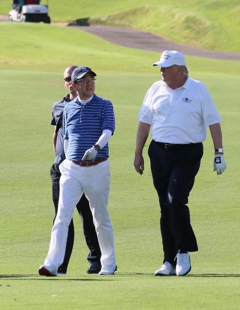 ゴルフを楽しむ安倍晋三首相(左)とトランプ大統領=2017年2月、アメリカ・フロリダ州