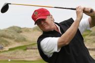 大統領になる前、ゴルフに興じるトランプ氏=2011年6月、スコットランド