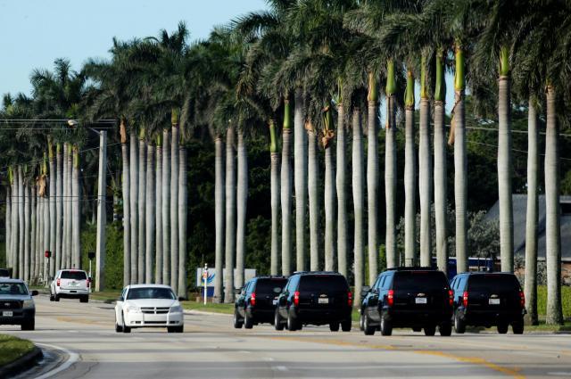トランプ大統領を乗せて、トランプ氏の所有するゴルフコースに向かう車列=2017年12月、アメリカ・フロリダ州