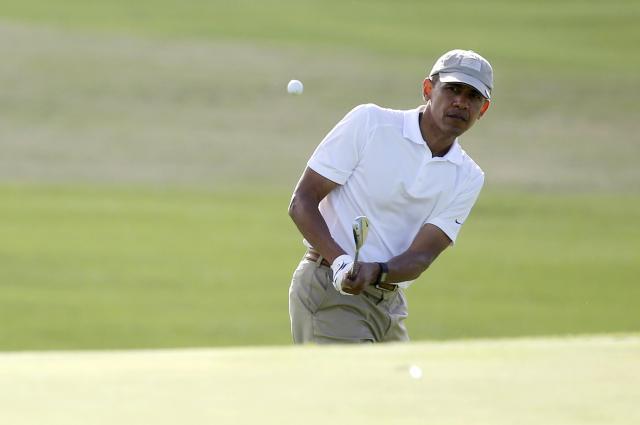 ゴルフをするオバマ前大統領。写真当時は現職だった=2015年12月、アメリカ・ハワイ州