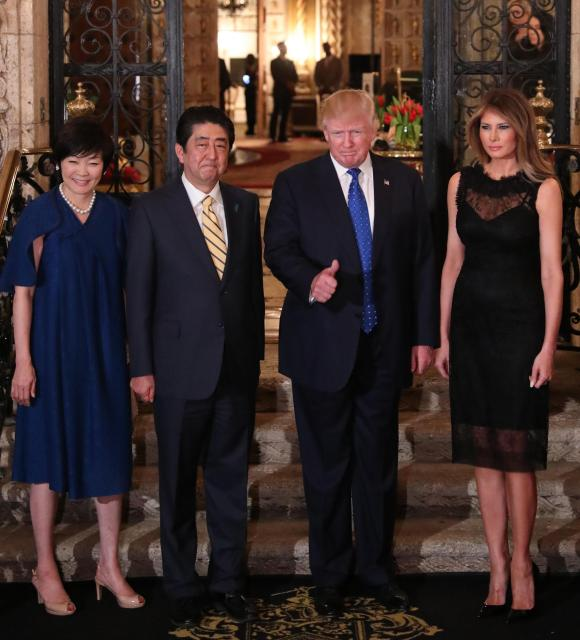 トランプ氏の別荘「マール・ア・ラーゴ」での夕食会の前、撮影に応じる安倍晋三首相(左から2人目)、昭恵夫人(左端)、トランプ米大統領(右から2人目)、メラニア夫人=2017年2月、アメリカ・フロリダ州