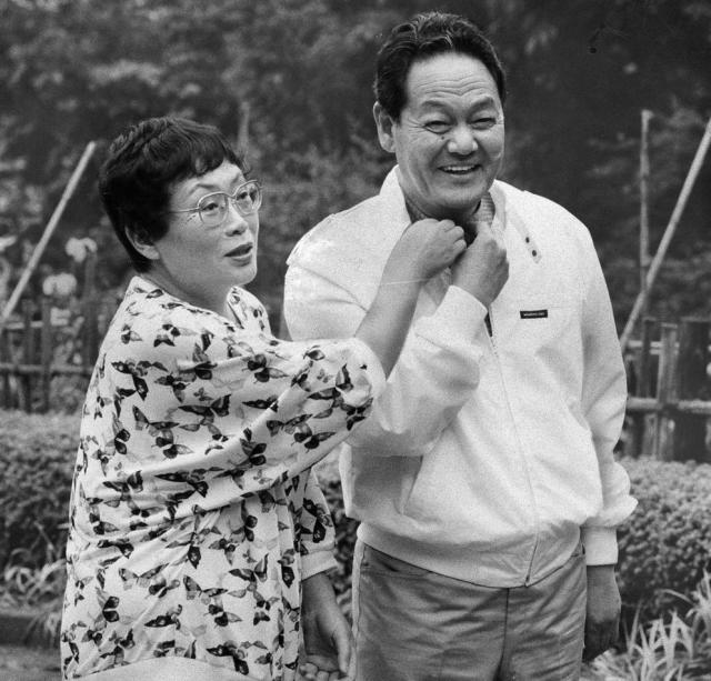 橋田さんと一緒に写る生前の岩崎嘉一さん=1987年5月