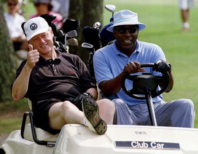 ゴルフカーに乗ってリラックスした様子を見せる、クリントン元大統領。写真当時は現職だった=1994年8月、アメリカ・マサチューセッツ州