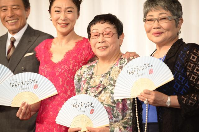 「なるようになるさ。」の制作発表で出演者に囲まれる橋田さん(右から2人目)=2013年7月