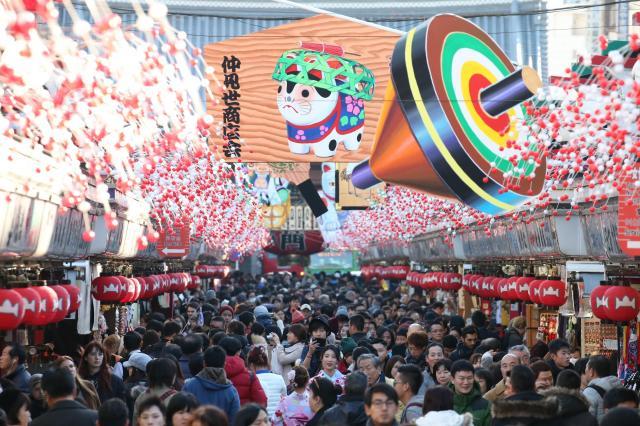 縁起物が飾り付けられ、多くの観光客や参拝客でにぎわう仲見世通り=2017年12月26日午後、東京・浅草、長島一浩撮影