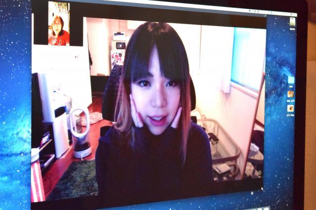 PC画面上で相談者と話をするモカさん。左上に相談者が写る=高野真吾撮影