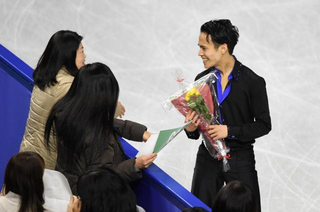 全日本選手権男子フリーで演技後、観客から花束を受け取る山田耕新=12月24日、白井伸洋撮影