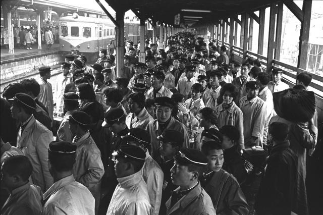 1962年、上野駅に着いた新中卒者の集団就職の波