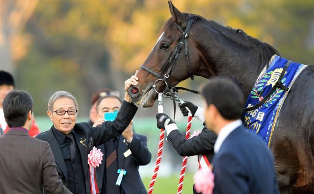 昨年12月の有馬記念で優勝したキタサンブラックをいたわる馬主の北島三郎さん