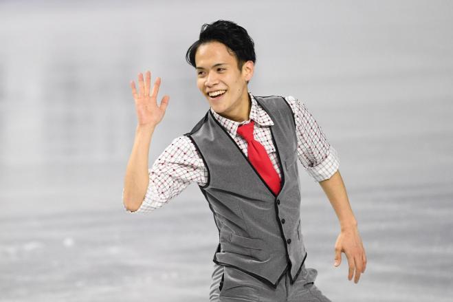 全日本選手権男子SPの演技後、観客の声援に応える山田耕新=12月22日、白井伸洋撮影